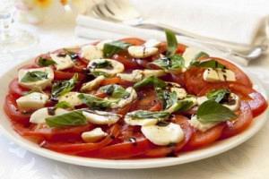 Σαλάτα με ψητές ντομάτες, μοτσαρέλα και βασιλικό