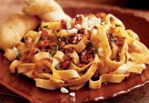 Σπαγγέτι με λιαστή ντομάτα και φέτες κολοκυθιού