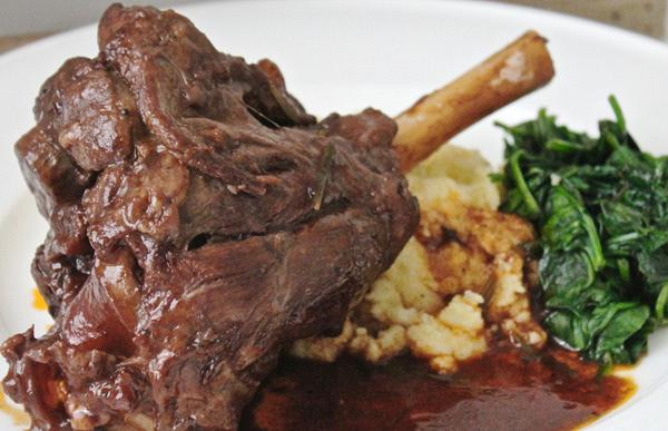 Roasted lamb with thyme and red wine sauce