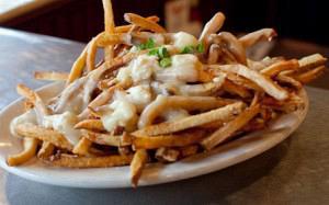Πατάτες τηγανητές με σάλτσα γιαουρτιού