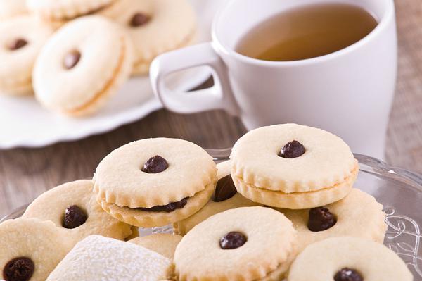 Μπισκότα γεμιστά με μαρμελάδα ή πραλίνα φουντουκιού