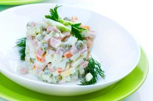Σαλάτα με 4 τυριά,αλλαντικά,λαχανικά και σος γιαουρτιού