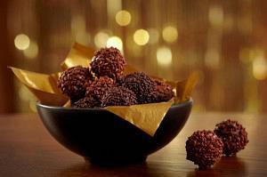 Τρουφάκια με καρύδια ή αμύγδαλα