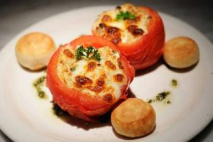 Γεμιστές ντομάτες με αυγά και τυριά