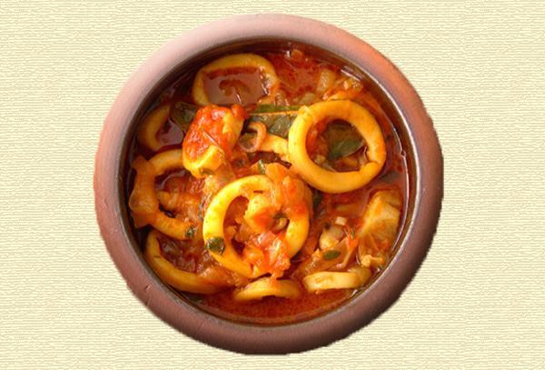 Ροδέλες καλαμαριού με μυρωδικά, ελιές και πιπεριές