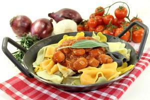 Λουκάνικα με πιπεριές και σάλτσα