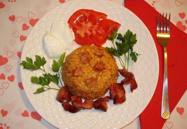 Πλιγούρι με χωριάτικα λουκάνικα και φρέσκια ντομάτα