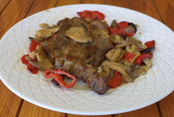 Χοιρινό στον φούρνο με μανιτάρια και πιπεριές