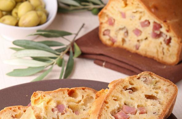 Αλμυρό κέικ με φέτα, μπέικον και πράσινες ελιές