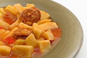 Πατάτες με λουκάνικα στην κατσαρόλα