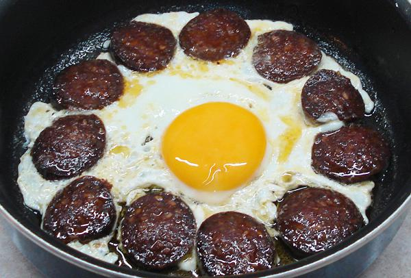 Αυγά με σουτζούκι