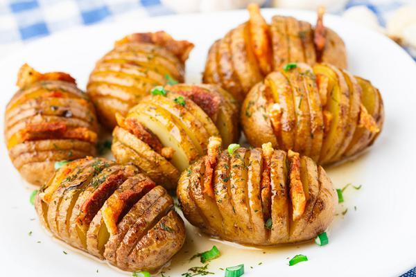 Πατάτες ακορντεόν με λουκάνικο και μπέικον