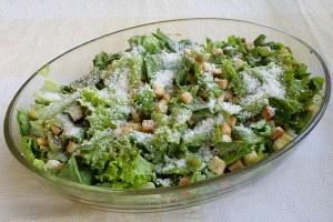 Πράσινη σαλάτα με καλαμπόκι και κρουτόν