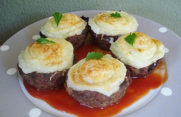 Nests of minced meat stuffed