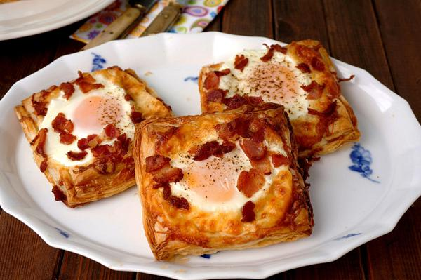 Fried egg puff pastry squares