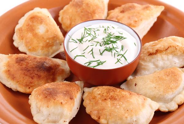 Κρεμμυδοπιτάκια με σος γιαουρτιού