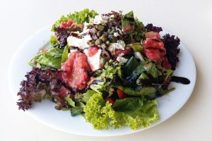 Σαλάτα με ντάκο και ξινομυζήθρα