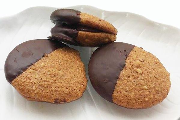 Μπισκότα καρυδιού γεμιστά με πραλίνα