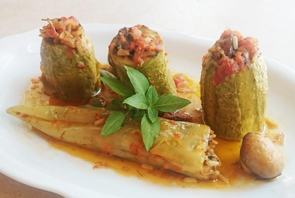 Κολοκυθάκια και πιπεριές γεμιστά με μανιτάρια